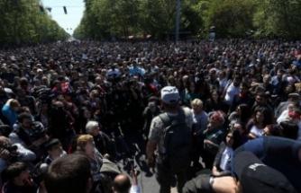 Komşu karıştı! Yüzlerce kişi sokaklara döküldü