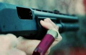 Annesini komşusuyla yakaladı, av tüfeğini aldı ve...