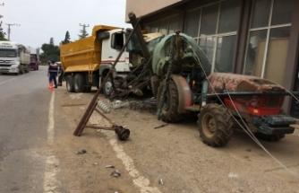 Bursa'da faciadan dönüldü! Virajı alamayan kamyon...