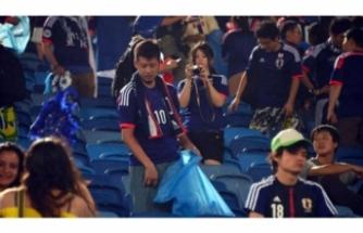 Japon taraftarlar maçın ardından tribünleri temizledi!