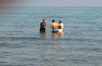 Milletvekili adayı takım elbise ile denize girdi!