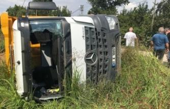 Bursa'da hafriyat kamyonu devrildi! 1 yaralı