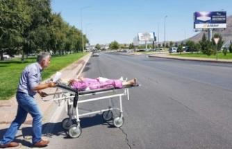 Ambulans verilmeyince hastasını sedyeyle...