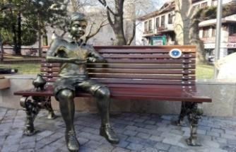 'Kitap Okuyan Kız' heykeli kütüphane önüne konulacak