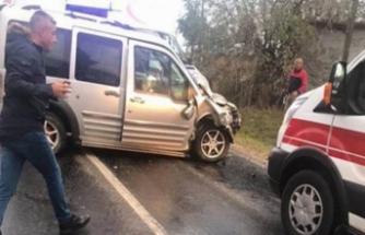 Askerleri taşıyan minibüs devrildi! Çok sayıda yaralı var