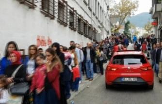 Bursa'da metrelerce kuyruk oluştu! Görenler hediye dağıtılıyor sandı!