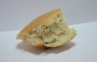 Mide bulandıran olay! Ekmeğin içinden öyle bir şey çıktı ki...