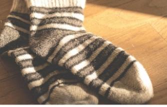 Her gün çoraplarını kokluyordu, ciğerlerinde mantar oluştu