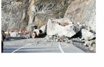 Yamaçtan düşen kayalar yolu kapattı!