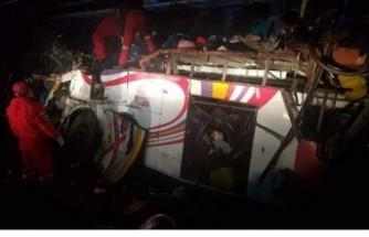 Yolcu otobüsüyle kamyon çarpıştı: Çok sayıda ölü ve yaralı var