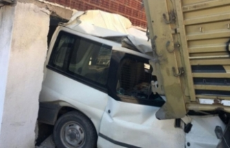 Bursa'da feci kaza! TIR ticari aracı hurdaya çevirdi!
