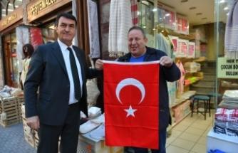 Dündar esnafa Türk Bayrağı hediye etti