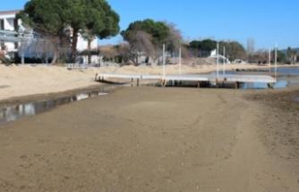 Erdek'te deniz çekilince antik iskele meydana çıktı