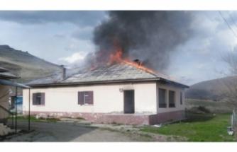 Eşiyle telefonda tartıştı, evi yaktı!