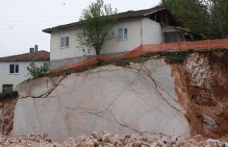 Kaya parçası üzerindeki ev görenleri şaşırtıyor!