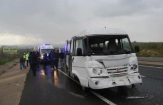 Öğrenci servisi kamyona çarptı! Çok sayıda yaralı var