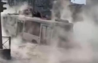Sıcak su hattı patladı, yol çöktü, yolcu otobüsündekiler mahsur kaldı