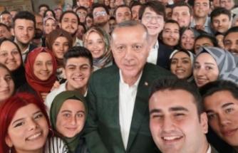 Erdoğan'dan gençlerle selfie paylaşımı