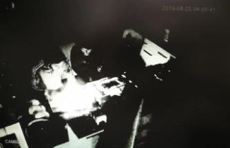 Bursa'da hırsızlar lokantacının veresiye defterini çalarken kameralara yakalandı