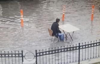 Yol göle döndü, çorba içmekten vazgeçmedi