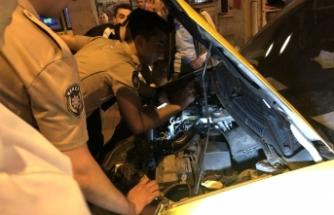 Bursa'da arabanın motoruna sıkışan kediyi 2 saatte kurtarabildiler