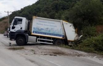 Bursa'da yağış kaza getirdi! Çöp kamyonu tarlaya girdi...
