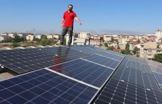 Evinin çatısında ürettiği elektriği hem kullanıyor hem satıyor!