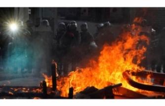 Hong Kong polisinden göstericilere müdahale