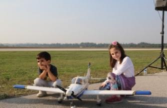 Havacılık festivalinde renkli görüntüler oluştu
