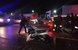Otomobil önündeki TIR'a arkadan çarptı: 1 ölü, 4 yaralı
