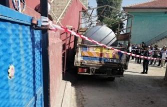 Süt kamyoneti ile duvar arasında kalan sütçü öldü