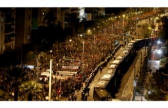 Atina'da eylemciler ABD bayrağı yaktı!