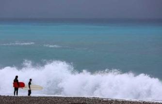 Antalya'da sörfçüler 'kırmızı alarm'ı fırsata çevirdi