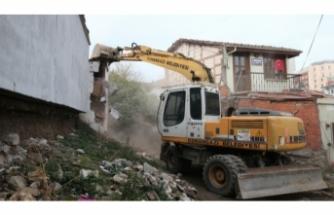 Bursa'da bir evin kaçak bölümü yıkıldı!