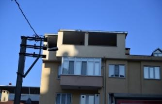 Bursa'da ev sahibi kapıyı açmadı ekipler çatıdan atladı