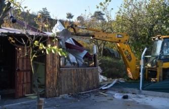 Bursa'da kaçak ahşap ev yıkıldı