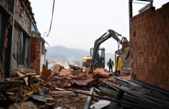 Bursa'da vinçle 8. kata çıkarılan iş makinesiyle kaçak bina yıkıldı