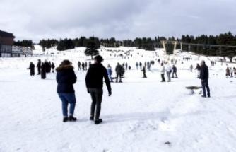 Bursa Uludağ'da tatilciler kayak sezonunu açtı