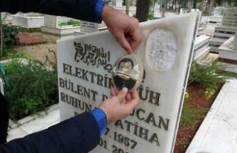 Mezar taşındaki mermer fotoğrafları kırdılar
