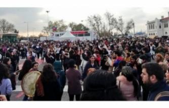 Onlarca kadın, Şilili feministlerin danslı protestosu için toplandı