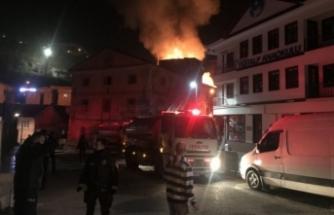 Bursa'da 3 katlı bina alevlere teslim oldu!