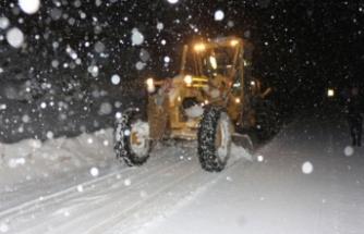 Bursa'da yoğun karda mahsur kalan sürücüyü ekipler kurtardı!