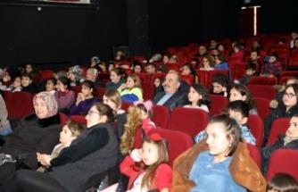 Öğrencilerin karne hediyesi sinema oldu