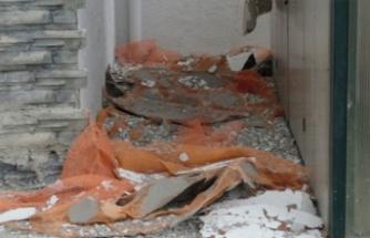 Bursa'da lodos evin dış cephesini söktü!