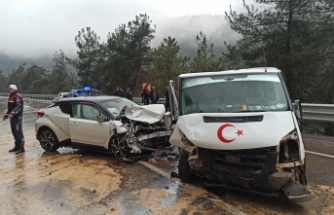 Bursa'da yağmurda kayan araçlar birbirine girdi