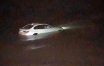 Otomobiliyle denize düşen kadın sürücüyü itfaiye kurtardı