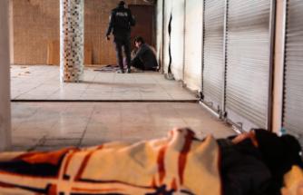 Evsizler, coronaya rağmen barınak yerine sokaklarda yatıyor