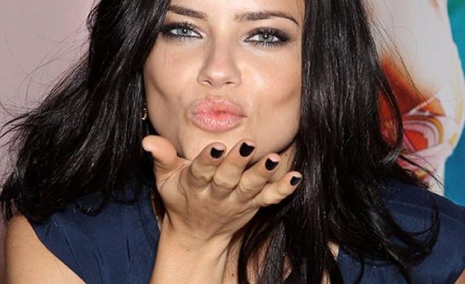 Adriana Lima'dan Selena Gomez'e destek