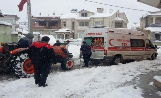 Yolda kalan ambulansı köylüler kurtardı