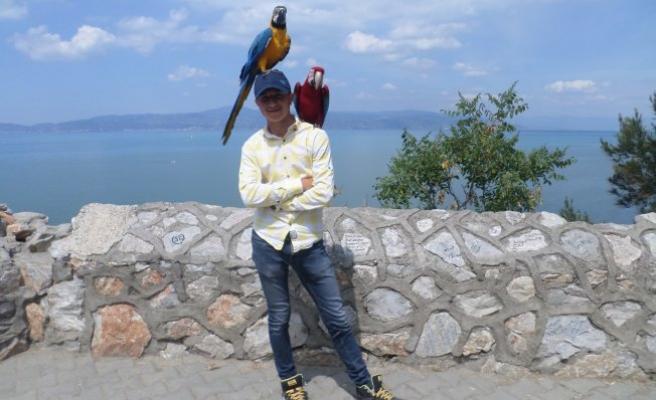 Bursa'da ekmeğini papağandan çıkartıyor